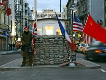 Soldat am Checkpoint Charlie in Berlin