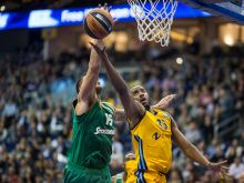 Alba Berlin vs. Panathinaikos Athen: Athens Esteban Batista (l) und Berlins Jamel McLean (r) in Aktion © dpa