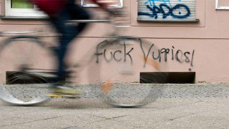 """Graffiti gegen Gentrifizierung: """"Fuck Yuppies!"""" an einer Hausfassade in Kreuzberg © dpa"""