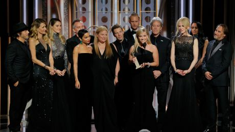 "Ladies in Black bei den Golden Globes - Reese Witherspoon zusammen mit dem Cast und der Crew von ""Big Little Lies"" © Paul Drinkwater/NBC via AP"
