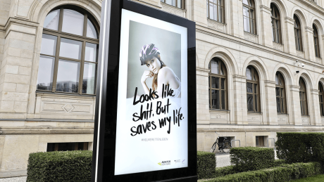 """Looks like shit. But saves my life."" - die Fahrradhelm-Kampagne des Bundesverkehrsministeriums © imago images/Reiner Zensen"