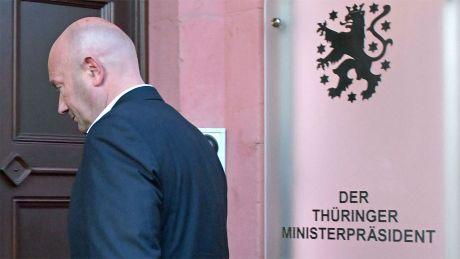 Erfurt: Thomas Kemmerich (FDP), neuer Ministerpräsident von Thüringen, betritt nach der Wahl die Thüringer Staatskanzlei