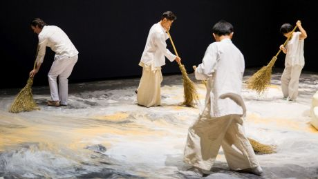 Lee Mingwei, Guernica in Sand, 2006–heute. Interaktive Mixed–Media–Installation, Sand, Holzinsel, Beleuchtung, 1300 x 643 cm. Installationsansicht Lee Mingwei and His Relations, Taipei Fine Arts Museum, 2015