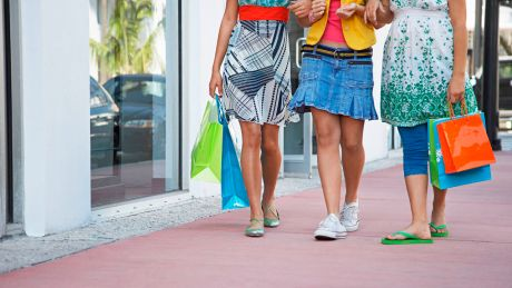 Frauen beim Shopping © imago images/ingimage