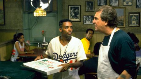 "Spike Lee als Mookie (li.) und Danny Aiello als Sal in ""Do the right thing"" © imago images/EntertainmentPictures 1989"